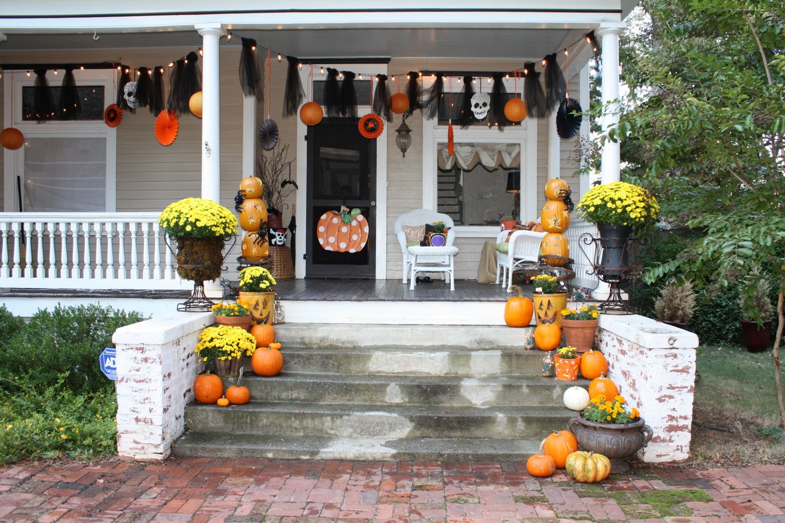 Fall decorating listen2mama for Outdoor front porch decor